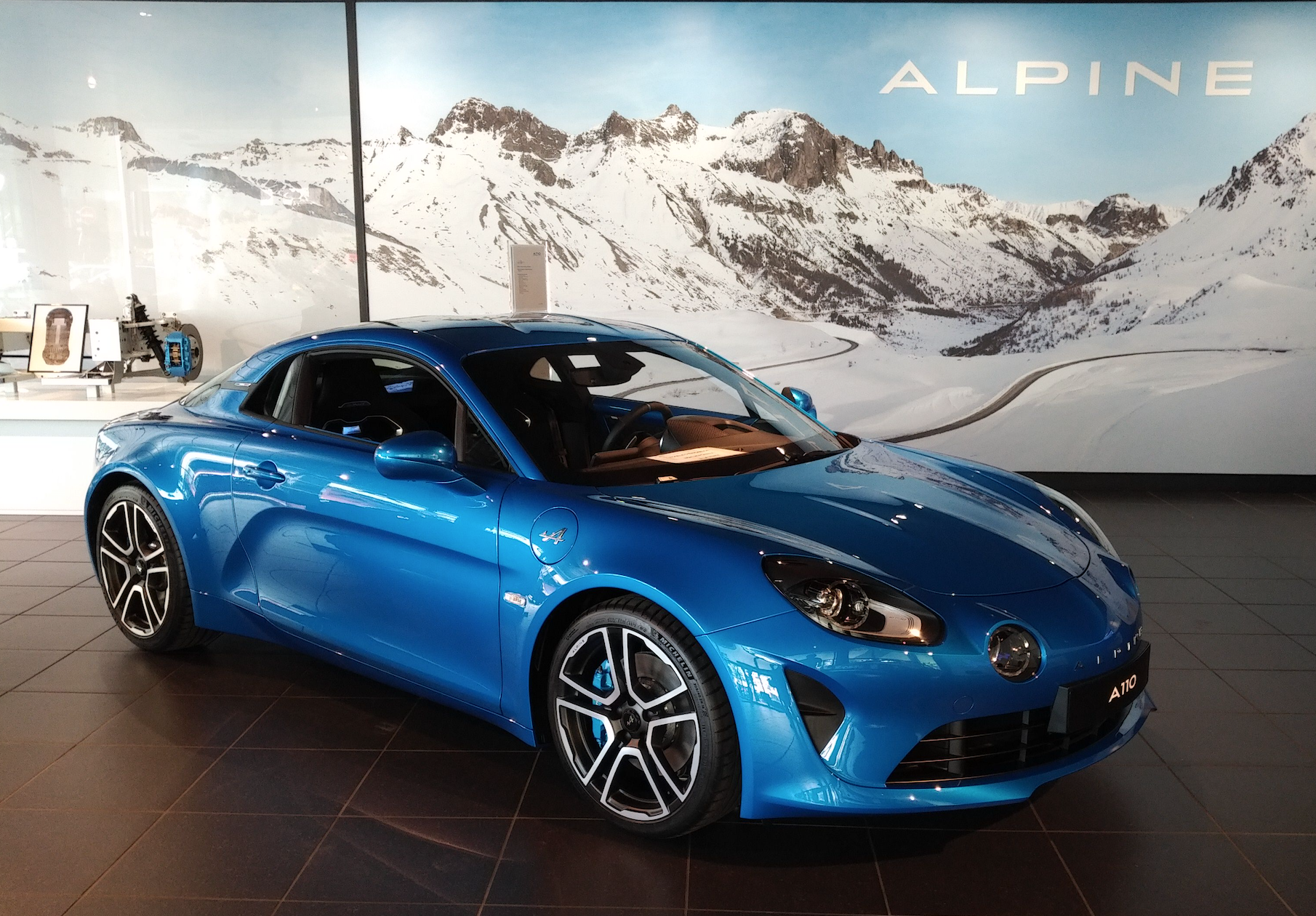 alpine a110 premi re apparition dans le showroom de boulogne billancourt proche paris. Black Bedroom Furniture Sets. Home Design Ideas