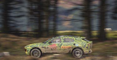 Aston Martin DBX de profile sur route