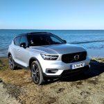 Volvo XC40 T3 Momentum R Design devant la mer