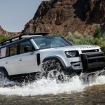 Galerie Land Rover Defender 2020 version 110 dans l'eau