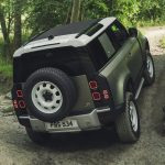 Galerie Land Rover Defender 2020 version 90 dans la boue