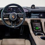 au volant de la Porsche Taycan 2020