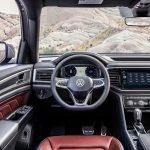 Volkswagen Atlas Cross Sport 2020 au volant